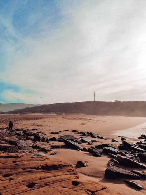 kayalar, kum, plaj içeren Ücretsiz stok fotoğraf