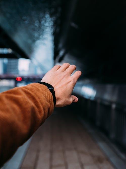 Gratis lagerfoto af armbåndsur, dybde, hånd, lavt fokus
