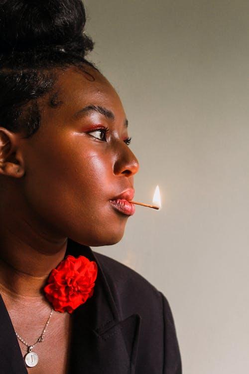 Δωρεάν στοκ φωτογραφιών με portraitswithapop, αφρικανικός, Αφρικανός, Κόκκινο τριαντάφυλλο