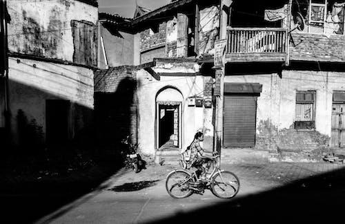 фотография в оттенках серого на велосипеде Perosn