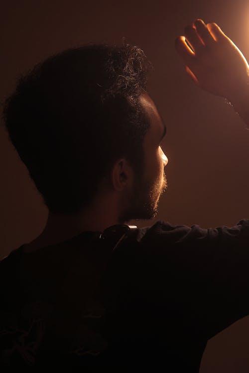 Darmowe zdjęcie z galerii z ciemny, człowiek, jasny, kolory