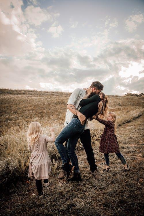 Foto stok gratis anak kecil, anak perempuan, ayah, bersama