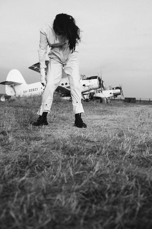 Бесплатное стоковое фото с модель, монохромный, на открытом воздухе, оттенки серого