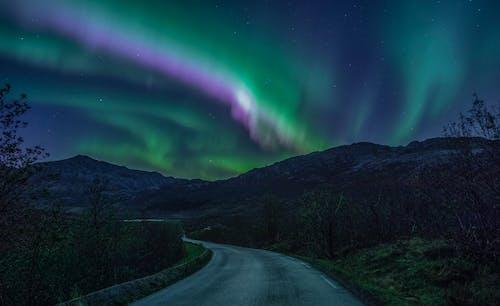 Estrada Sinuosa Que Leva às Montanhas Sob Um Fenômeno Do Céu