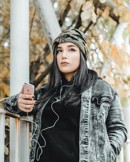 Foto De Mulher Segurando Um Iphone