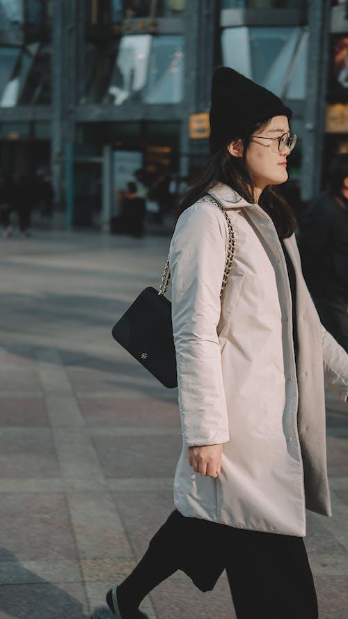 亞洲女孩, 晴天, 街头风 的 免费素材照片