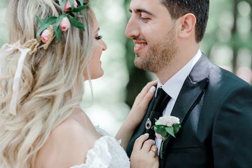 Gratis arkivbilde med blomsterkrans, bokeh, brudekjole, bryllup