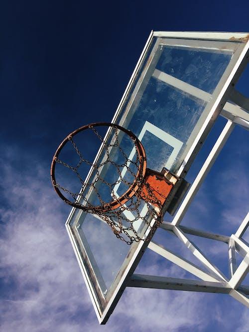 Fotografía De ángulo Bajo De Aro De Baloncesto Bajo Un Cielo Azul
