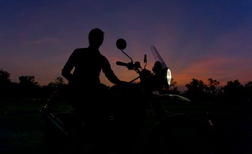 Foto d'estoc gratuïta de bici, capvespre, cel al capvespre, ciclista