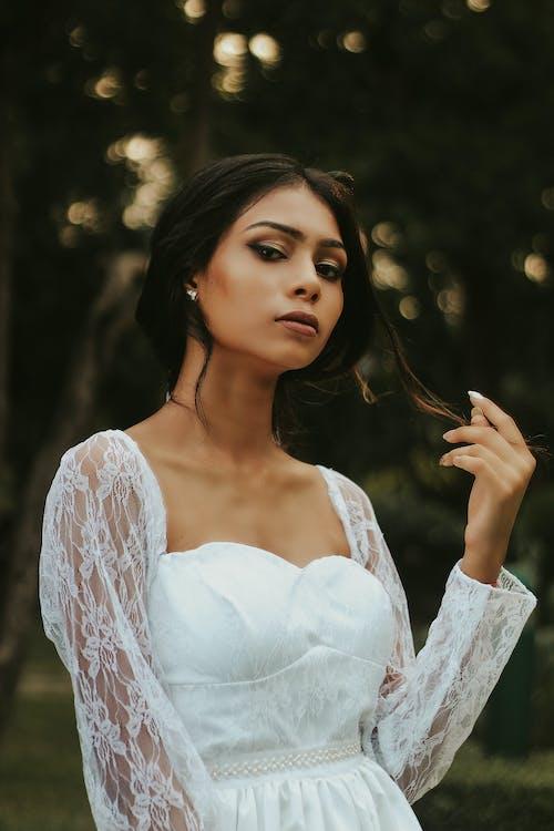 Mulher Usando Vestido Branco De Mangas Compridas