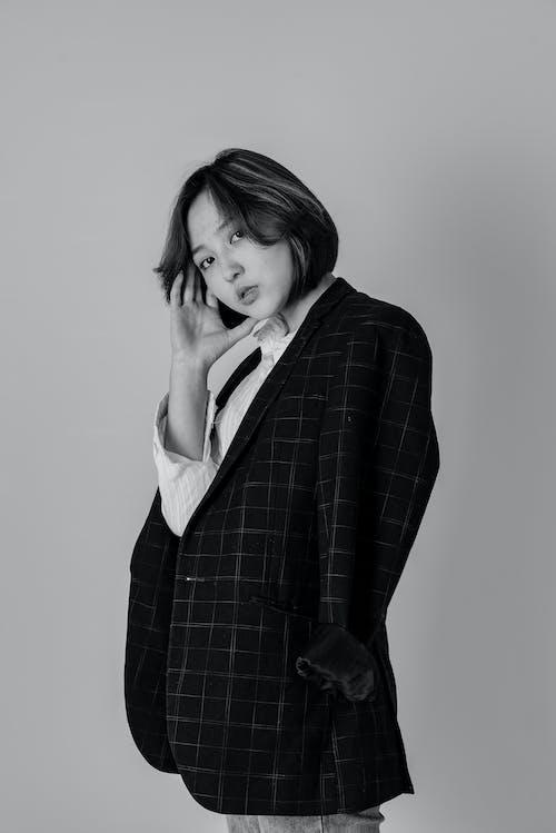 Fotos de stock gratuitas de abrigo, actitud, blanco y negro, cabello corto