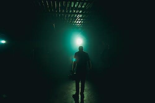 Pria Berdiri Dengan Cahaya Biru