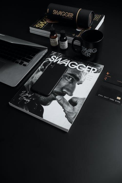 Gratis lagerfoto af bærbar computer, bøger, design