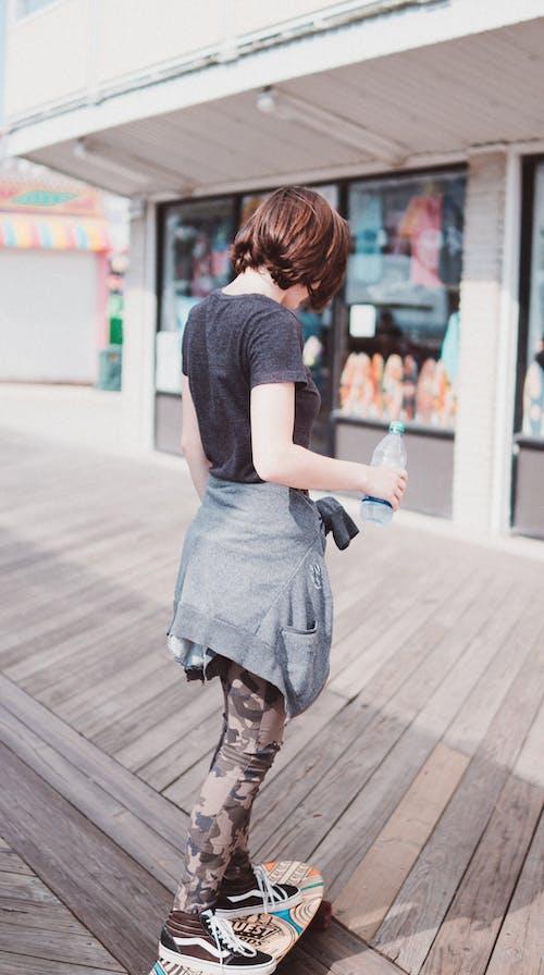 Foto profissional grátis de andar de esqueite, ao ar livre, bem-estar, calçadão