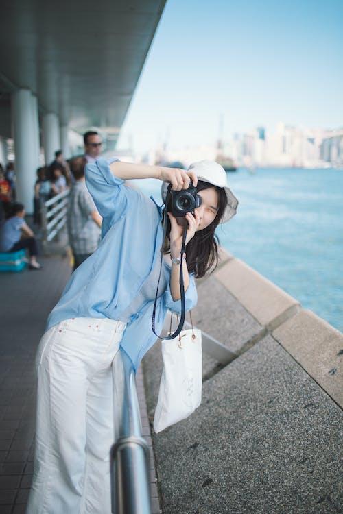 Δωρεάν στοκ φωτογραφιών με κάμερα, νεαρή κοπέλα, παραλία, ταξίδι