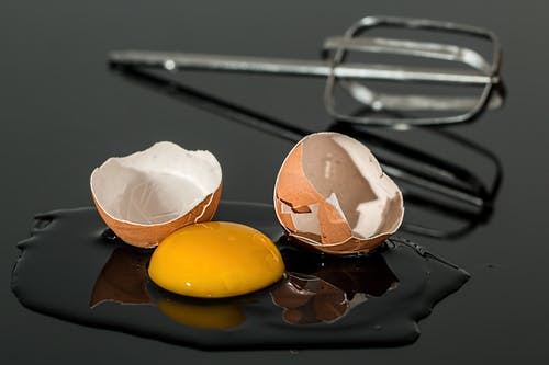 Kostenloses Stock Foto zu chaos, ei, eierschale, eigelb