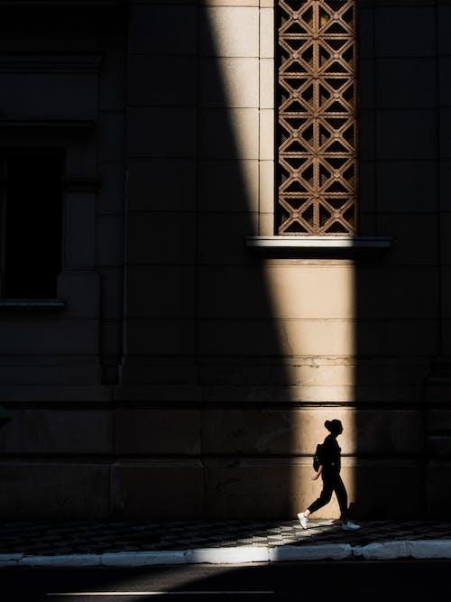 Δωρεάν στοκ φωτογραφιών με άνθρωπος, γυναίκα, ηλιακό φως, κτήριο