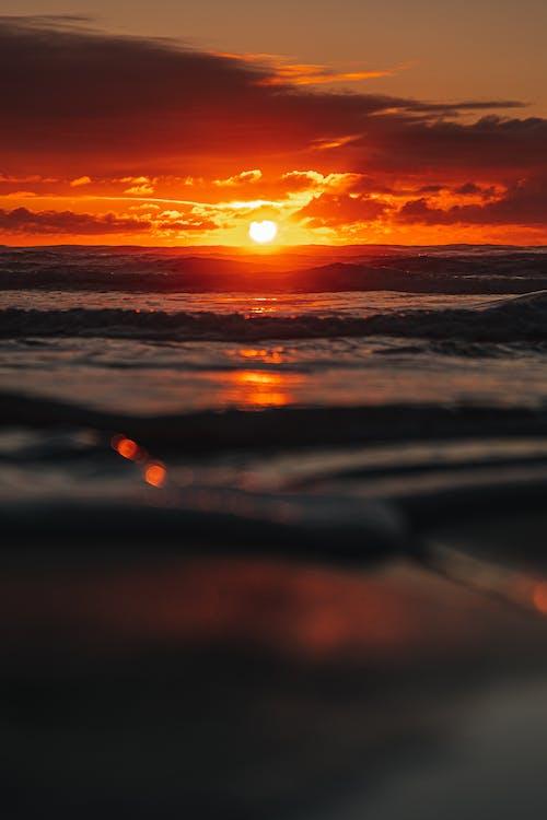 Falisty Ocean Podczas Złotej Godziny
