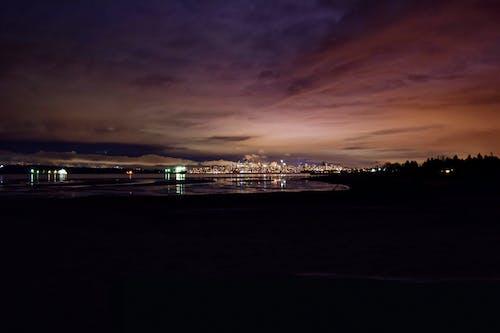Gratis arkivbilde med by natt, natt, skyer, skyline