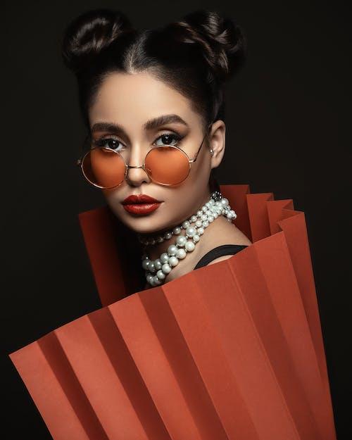 Vrouw Draagt Een Zonnebril Die Lichaam Met Oranje Papier Bedekt