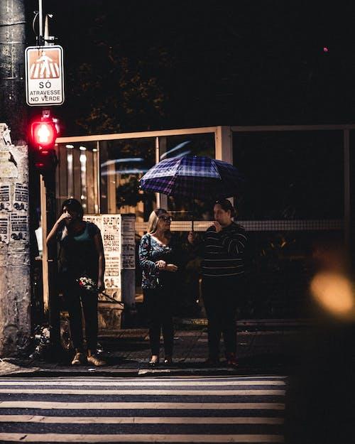 Foto De Foco Raso De Homem Segurando Guarda Chuva Azul
