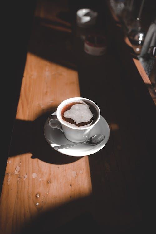 コーヒーカップ, コーヒー豆, ブラックコーヒーの無料の写真素材