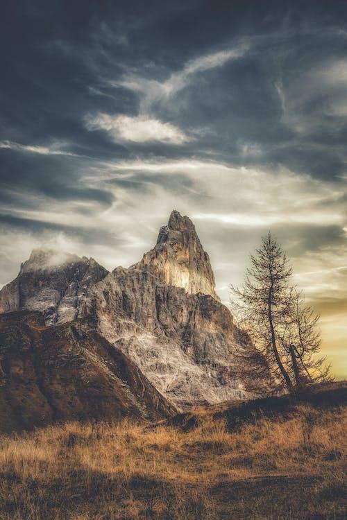 白と灰色の空の下の灰色と茶色の山脈