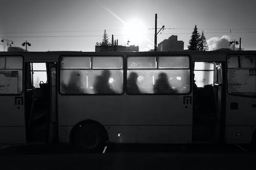 Kostenloses Stock Foto zu bus, fahrzeug, reise, schwarz und weiß