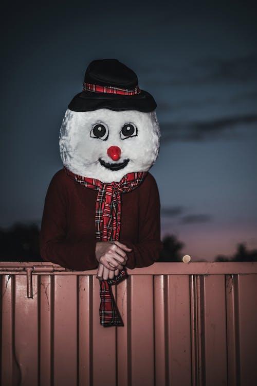 Mann, Der Schneemannkostüm Hinter Beiger Wand Trägt