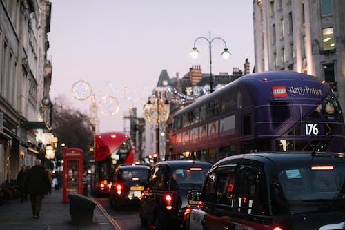 Безкоштовне стокове фото на тему «автомобілі, Вулиця, дорога, зайнятий»