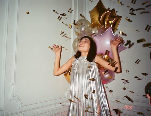 Foto stok gratis 35mm, angkat tangan, balon, dinding