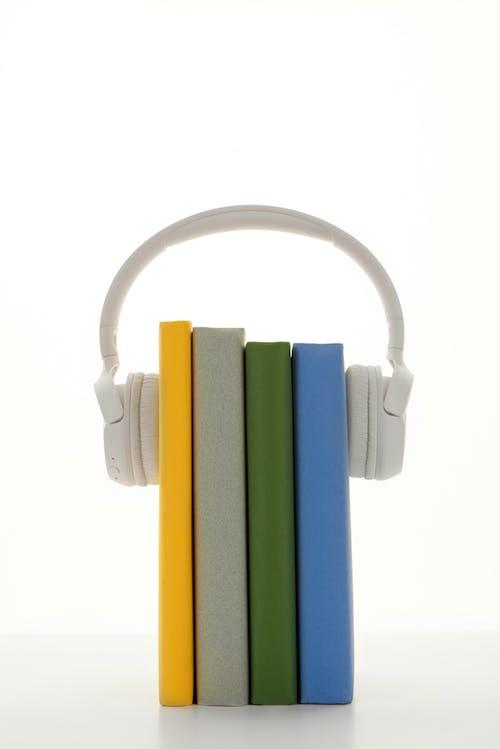 Foto stok gratis bisnis, buku cetak, canvacustombrief, headphone