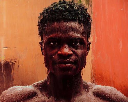 Darmowe zdjęcie z galerii z afrykański mężczyzna, afrykańskie pochodzenie, brudny, deszcz