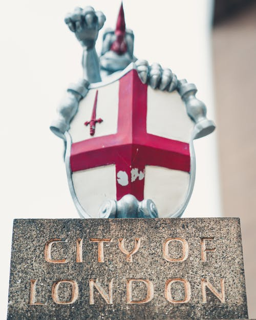 Coat of arms of Knights Templar placed on stone stand with inscription City of London