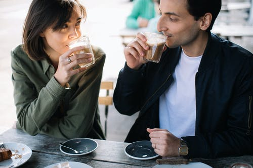 Kostnadsfri bild av ansiktsuttryck, avslappning, dagsljus, dricka