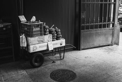 Foto d'estoc gratuïta de a la venda, acció, blanc i negre, caixa