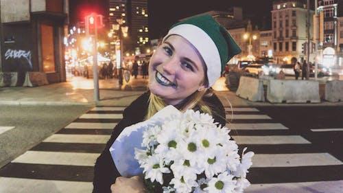 Foto d'estoc gratuïta de ciutat de nit, ciutat nit, color verd, Dona bonica