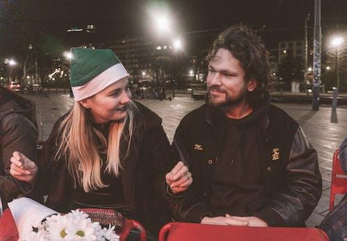 Foto d'estoc gratuïta de càmera antiga, ciutat nit, encantadora parella, esposa