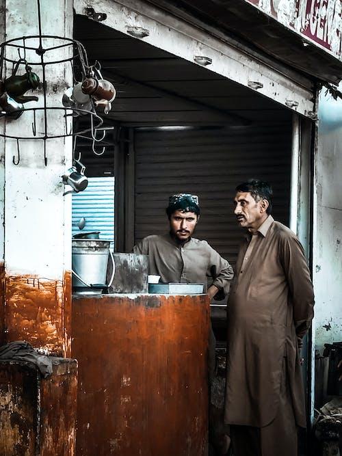 adam, çay makinesi, erkekler ayakta, jamshoro içeren Ücretsiz stok fotoğraf