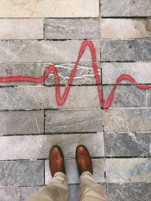 Ilmainen kuvapankkikuva tunnisteilla jalat, katsoa alas, kivipäällyste, punainen viiva