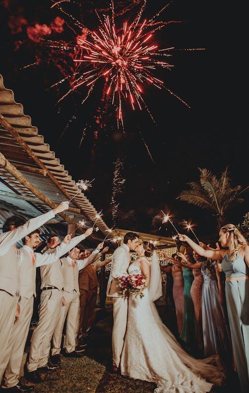 결혼식 한 쌍 위에 붉은 불꽃 놀이