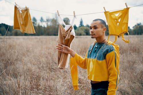 Sarı Ve Mavi Uzun Kollu Gömlekli Adamın Sığ Odak Fotoğrafı