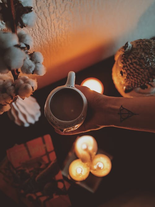 Gratis arkivbilde med blomst, hånd, kaffe, kopp