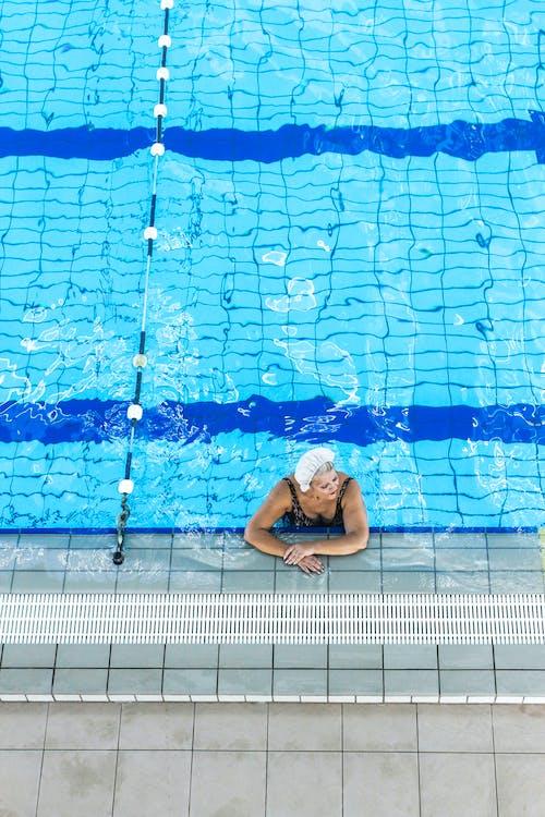 Foto Van Vrouw Ondergedompeld Op Zwembad