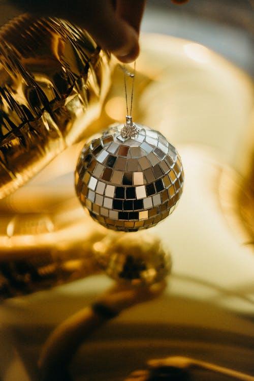 Ilmainen kuvapankkikuva tunnisteilla disco pallo, joulupallo, kulta, kulta tapetti