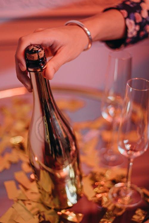 Persona Sosteniendo Una Botella De Vino