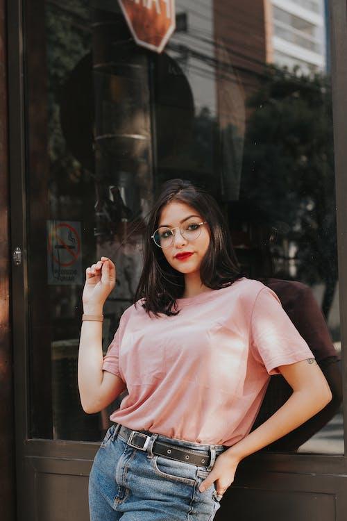 Бесплатное стоковое фото с брюнетка, выражение лица, джинсовые брюки, женщина