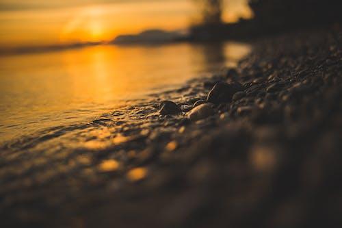 Бесплатное стоковое фото с вода, восход, галька, закат