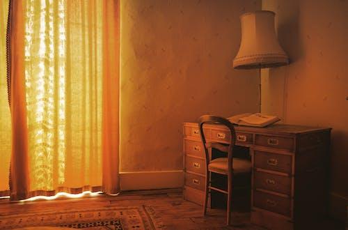 Weiße Tischlampe