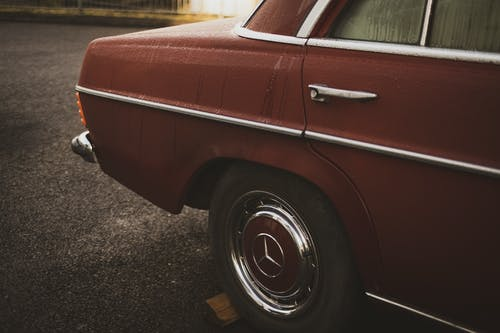 Kostenloses Stock Foto zu altes auto, auto, automobil, bürgersteig